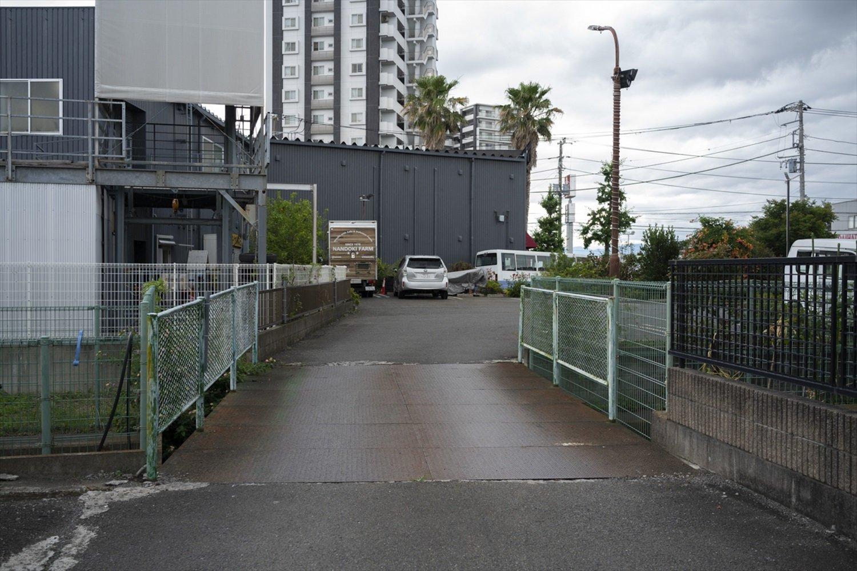 茅ケ崎の人気レストラン『なんどき牧場』の駐車場の裏手にあるのが「なんどき橋」。看板などはなく、ひっそりしている。