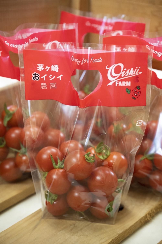 近隣のスーパーやレストランに卸すだけじゃなく、農園の中もすさまじい数のトマトグッズまみれ。入り口では無人販売も実施。
