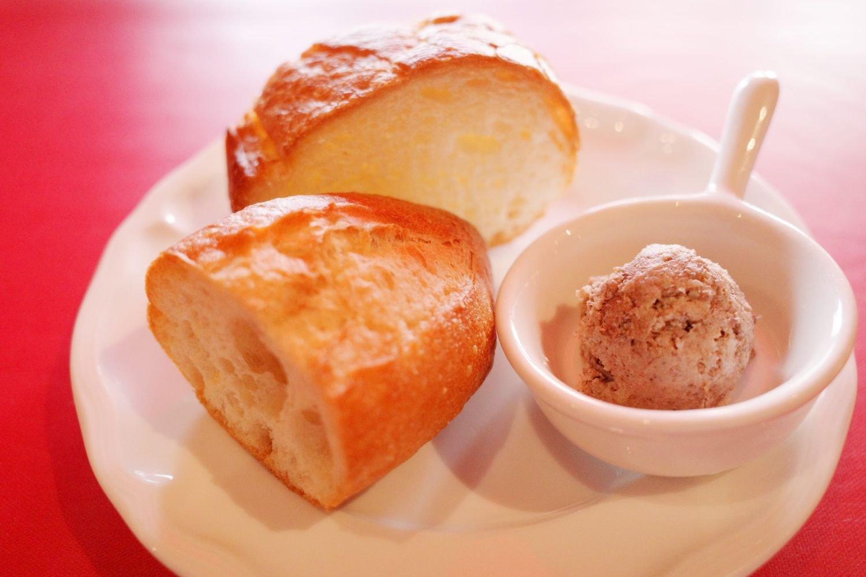 多くのフランス料理レストランに卸しているハード系パン専門店からバゲッドを取り寄せる。合わせるのはバターではなく、肉の旨味が詰まった自家製のリエット。