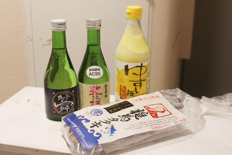 左から、特別純米酒 鳴子舞490円、豊能梅 純吟 660円、ゆずしぼり 1,530円、龍馬タタキ 1480円。