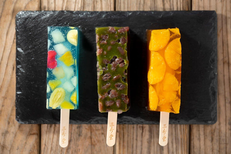 くずバーは全10種。宇治抹茶(中央)、湘南ブルー(左)のほか、みかん220円も人気。