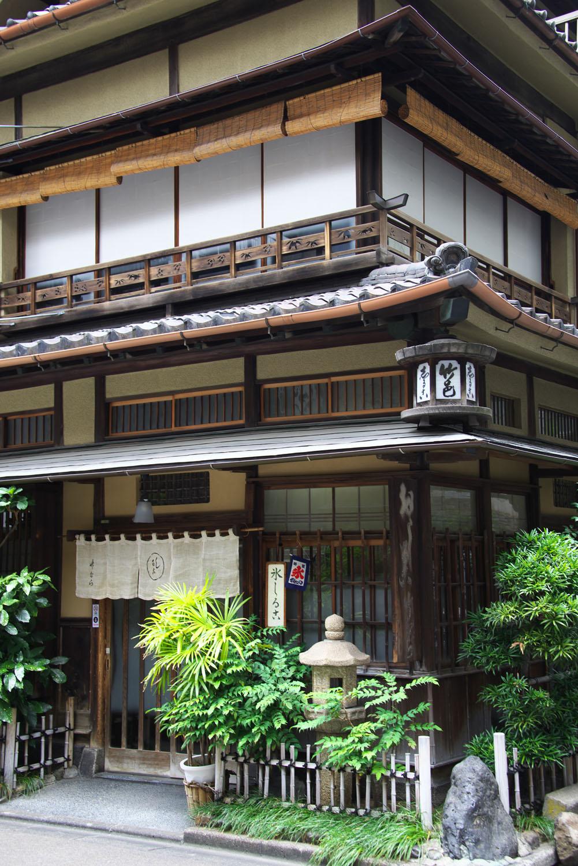 昭和初期に万世橋駅が開業、当時はここが駅前商店街だった。近頃アニメに登場し、ファンの聖地に。