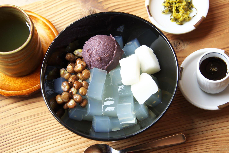 アンコにエンドウ豆、ぎゅうひや黒蜜も自家製のあんみつは700円。目の前でさいの目に。