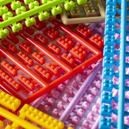 夫婦が二人三脚で作る、湘南の超ミニブロック「プラモブロック」の工場に潜入! 小さいパーツに詰まった楽しさ無限大