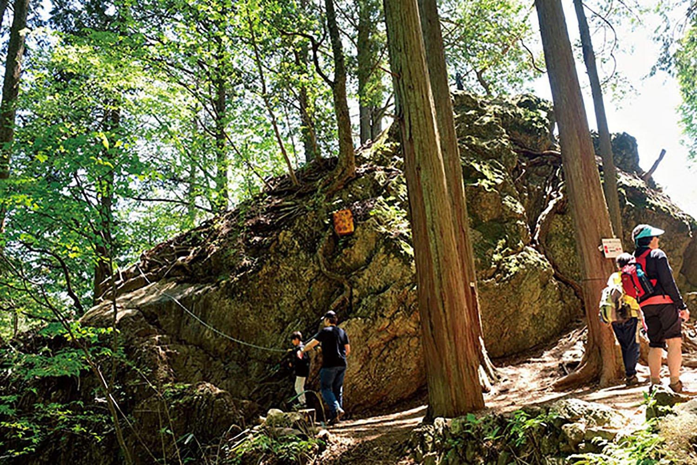七代の滝から鉄の階段を上がっていくと天狗岩がある。岩の上に登れるが、落ちないように。