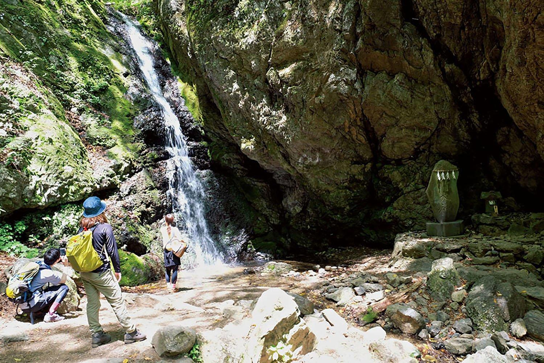 落差10mの綾広の滝。禊の神事が行われている。