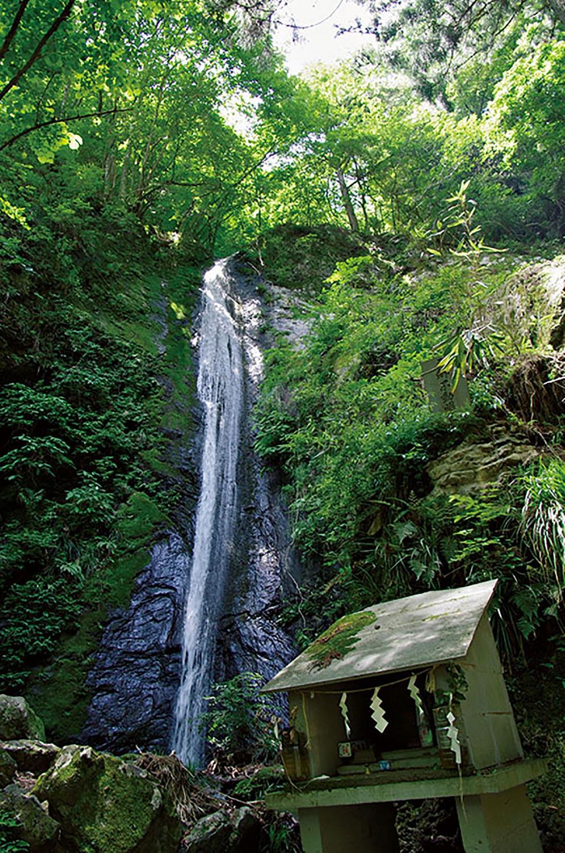 落差21mの綾滝。音もなく静かに落ちる様子が綾織物を垂れ下げたように見える。