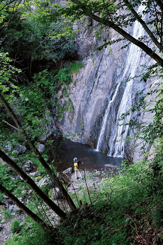 コース上、一番大きな天狗滝。巨大な岩壁を落ちる滝は落差38mもある。