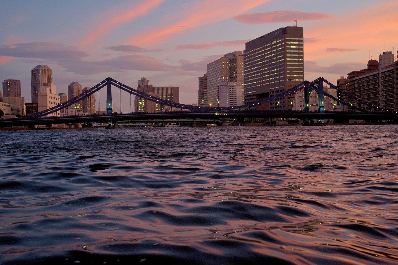 逢魔が時の隅田川と清洲橋。撮影=大西みつぐ