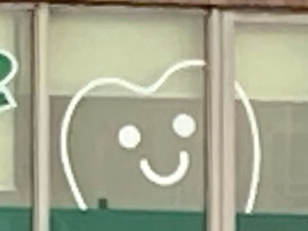 窓から覗く笑顔の歯(矢野口・2021年)