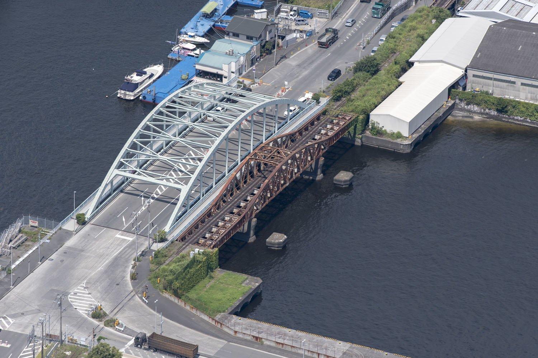 南側の米軍基地側から見た瑞穂橋。両端がプレートガーダー、中心部が曲弦トラスの複線という構造がよくわかる。線路は単線分のみ。橋脚はプレートガーダーとトラスの接合部ではなく、トラス側で支えている。