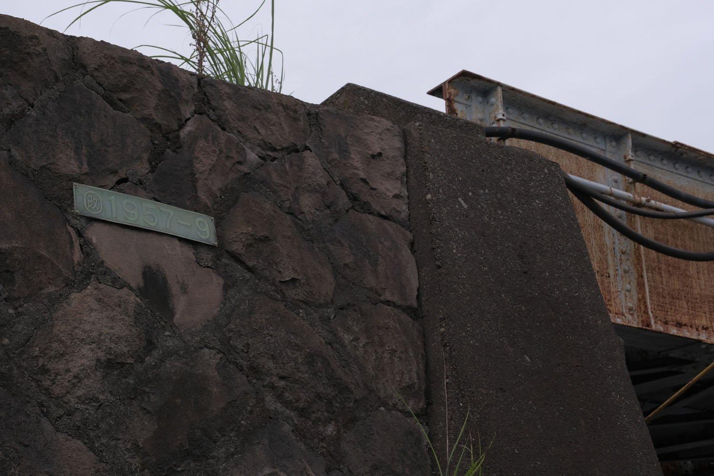 橋梁の傍らの石垣には1957年9月というプレートがあった。補修工事をした年月だろうか。