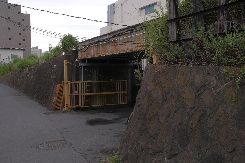 瑞穂橋へ近づくところにある小さな橋梁。倉庫への往来と敷地内に入るため橋梁へは近づかないほうがいいだろう。