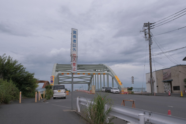道路橋の瑞穂大橋と赤錆色の瑞穂橋が見える。橋を渡った先は米軍基地。右手が老舗バーの「ポールスター」「スターダスト」。ロケ地にもなっており、ドラマ「あぶない刑事」やゴールデンボンバーのPVにも登場する。