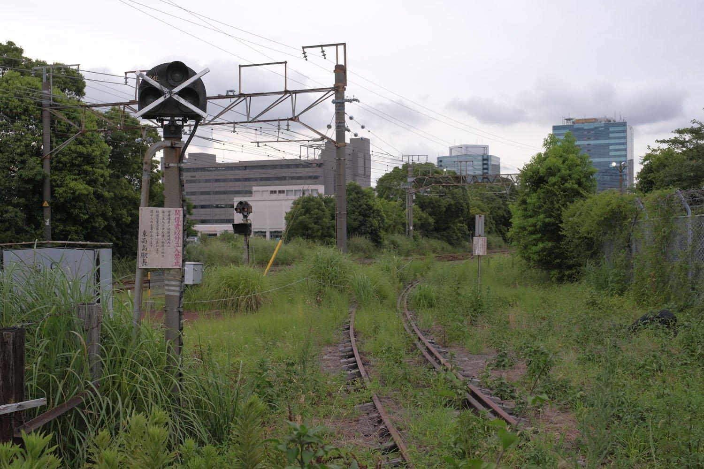 使用停止となった入換信号機。看板には線路内立入禁止の旨が旧仮名使いで書かれていた。