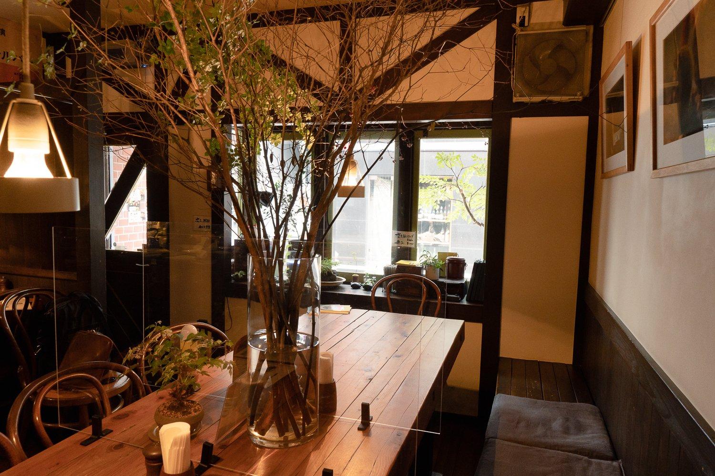 テーブルや床は、オープン前にシェフの真中さんが自ら作った。