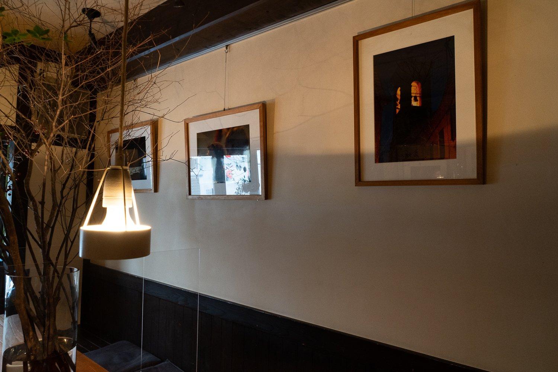 壁にかけられた写真は真中さんがフランスで撮影したもの。