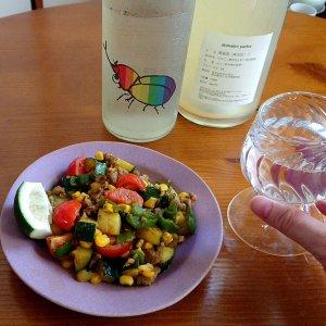 ラム肉と夏野菜の生姜カレー炒めに「仙禽かぶとむし」と「domaine parlor」 〜日本酒蔵が本気で造る他ジャンルの酒に注目しています〜