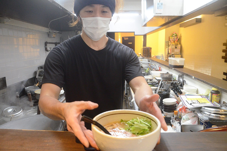 「へい!お待ち」とばかりにラーメンを提供してくれた西川さん。普段はスタッフと合わせて2名で店を営業しているという。