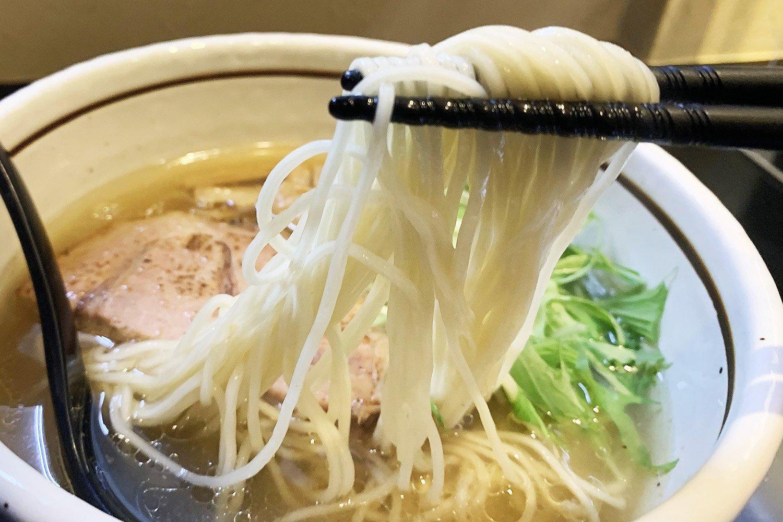 麺はストレートタイプを使用。24号という太さは博多の豚骨ラーメンよりも若干太いくらいのもの。繊細な味わいのスープに合うよう、細めの麺を選んでいる。