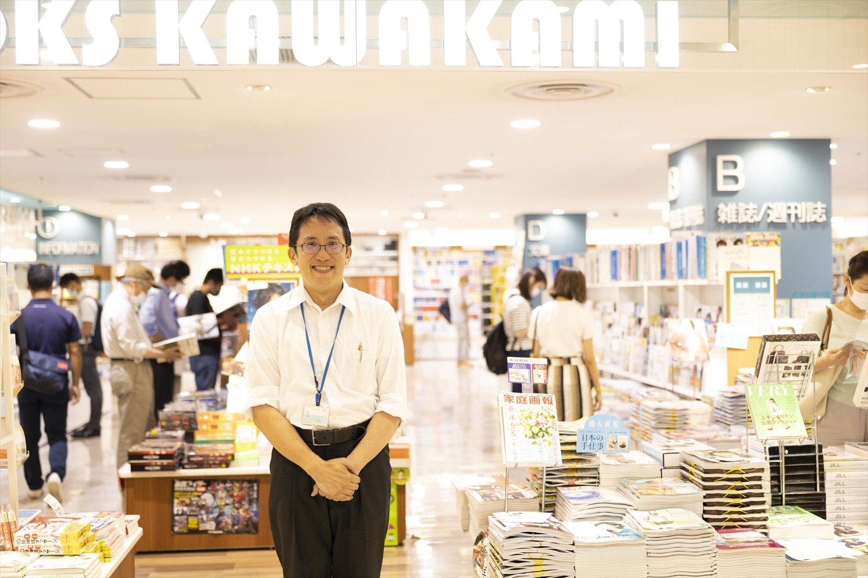 大山さんは自らレジに立つ。「本屋さんは同じものを扱っているからこそ、接客が大事だと思っています」。
