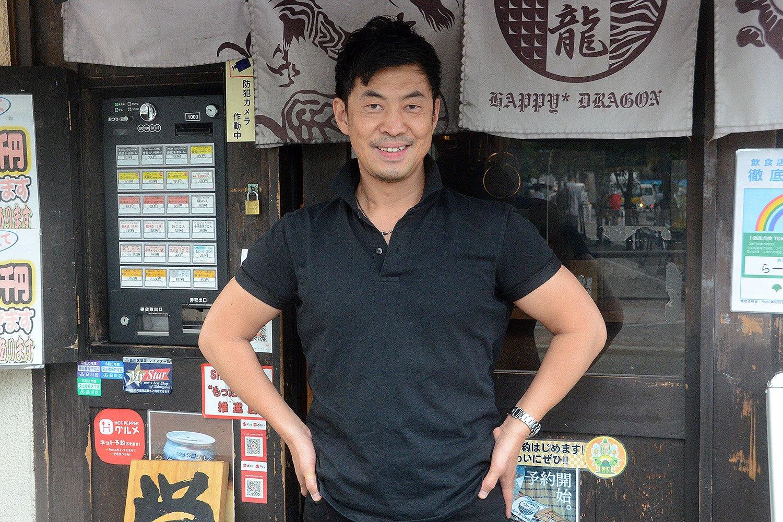 店主の酒井邦幸さん。このお店のほかにもラーメン店、どんぶり料理のお店など4店舗を経営する実業家でもある。
