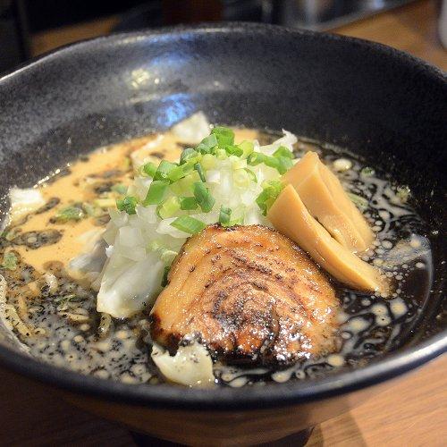 「このラーメンから幸せを届けたい」。大井町『幸龍』で、自慢の黒マー油と魚介豚骨スープが絶品の「黒龍」を味わい尽くす
