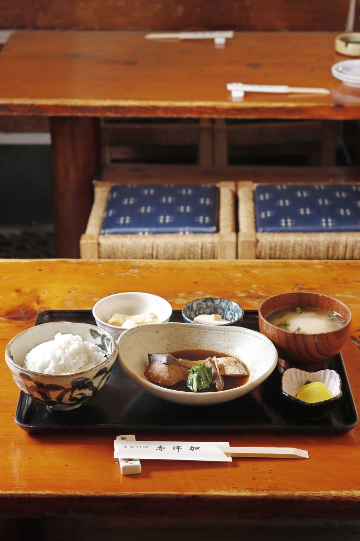 本日の煮魚定食900円はワラサ。小鉢も日替わり。