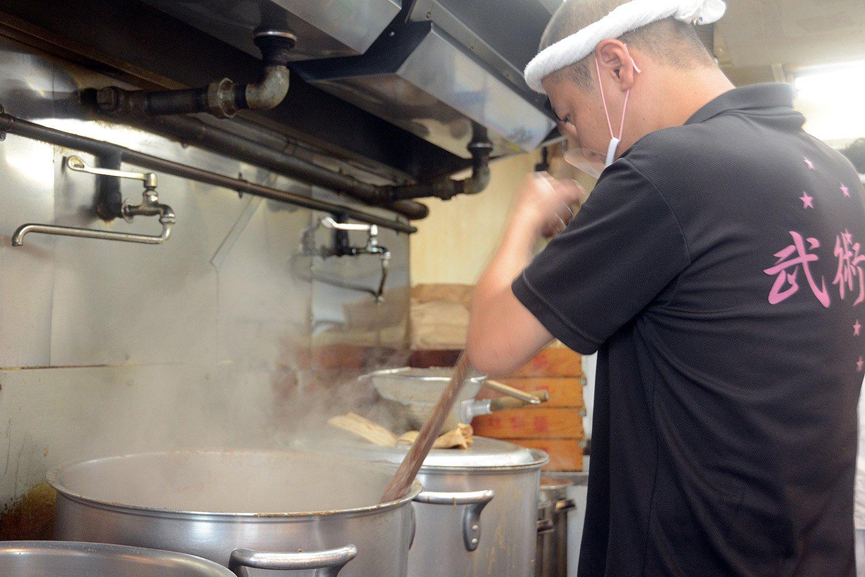 スープを作る寸胴は営業時間中も煮詰められた状態。そのため、常にスタッフが寸胴をかき回す。オールのような器具でかき混ぜるというかなりの重労働だ。