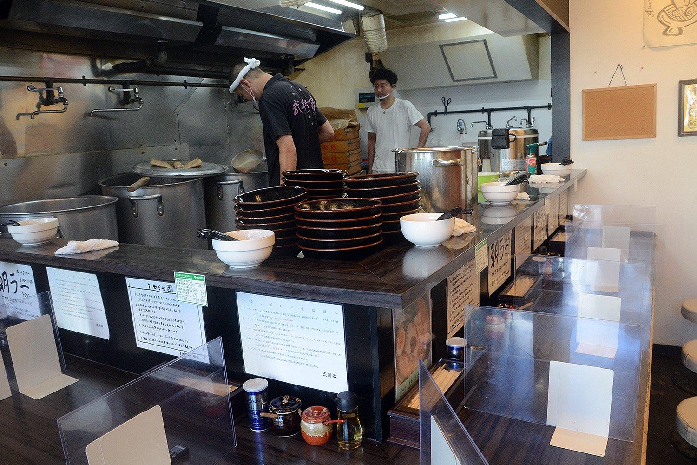 店内はカウンター席が9席ほど。どの席からも厨房が見えるため、スタッフの皆さんの熱のこもった調理風景が見られる。