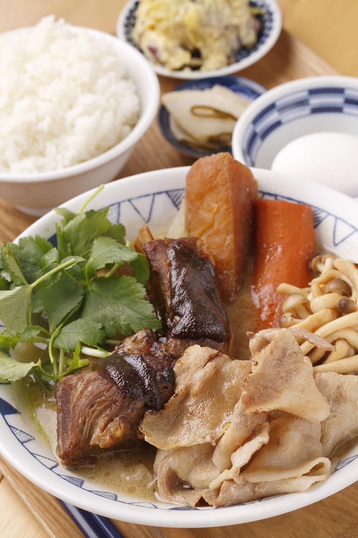 西京味噌のごちそう豚汁979円(定食は1199円)。全ての豚汁に卵が付く。