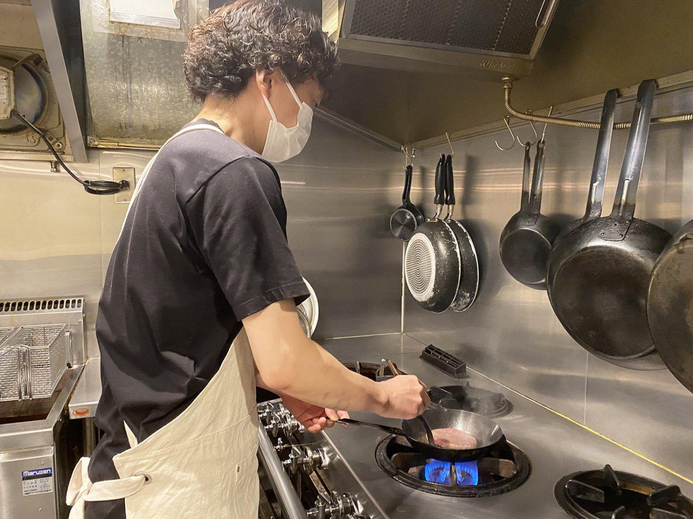 パティは鉄板ではなくフライパンで焼く。焼き加減の調整がしやすいからだ。