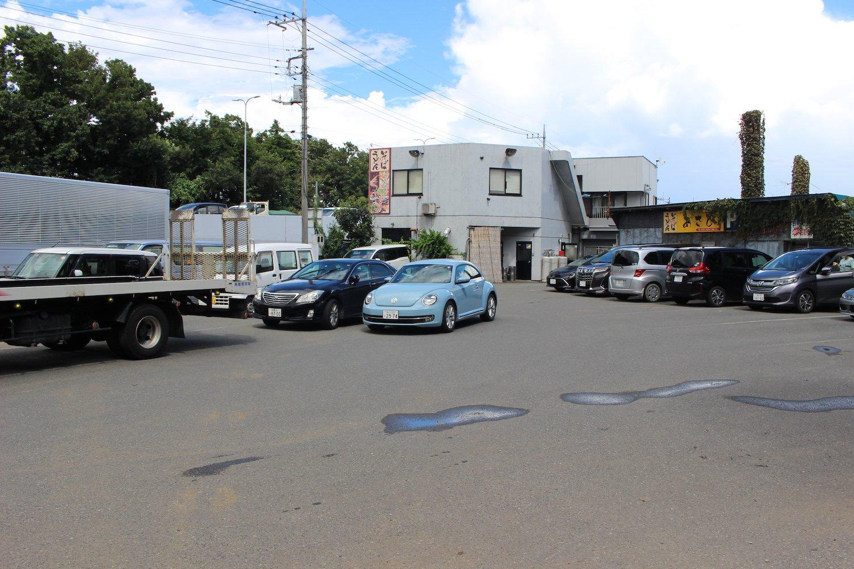 大型トラックも駐められる駐車場。休憩しているドライバーも多い。