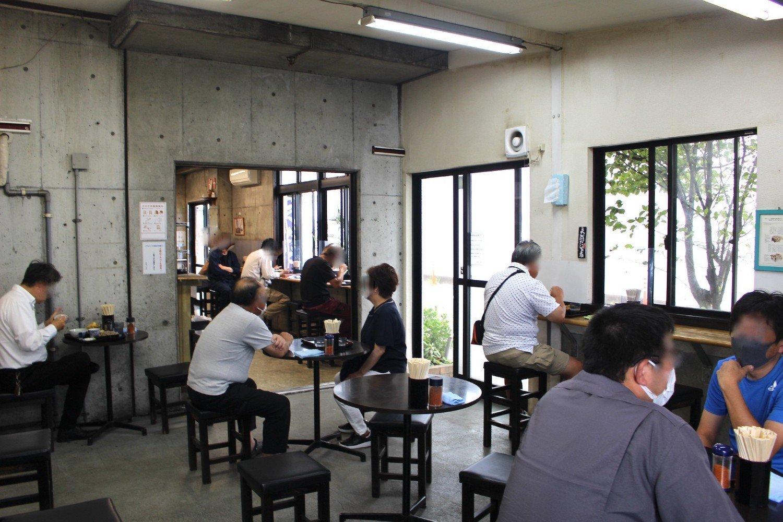 カウンターの奥に飲食スペース。これに加え、屋外テラスも最近、作られた。