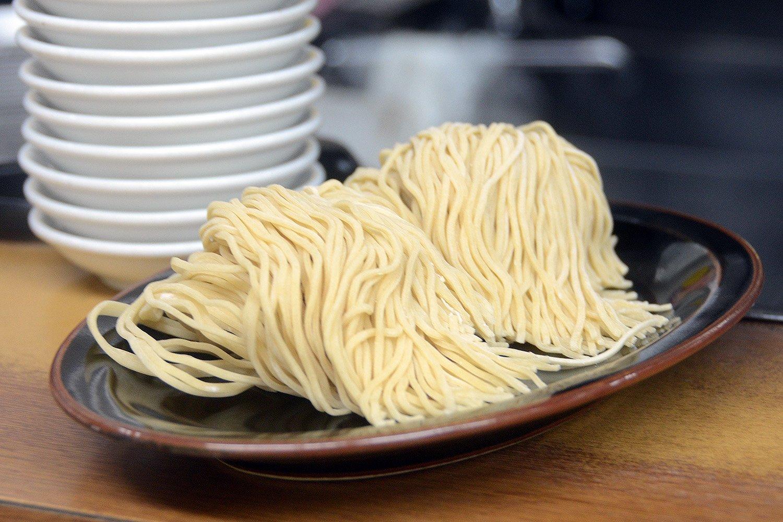 麺は全て手打ちの完全オリジナル。替え玉では通常の麺だけでなく細麺も選択可能!