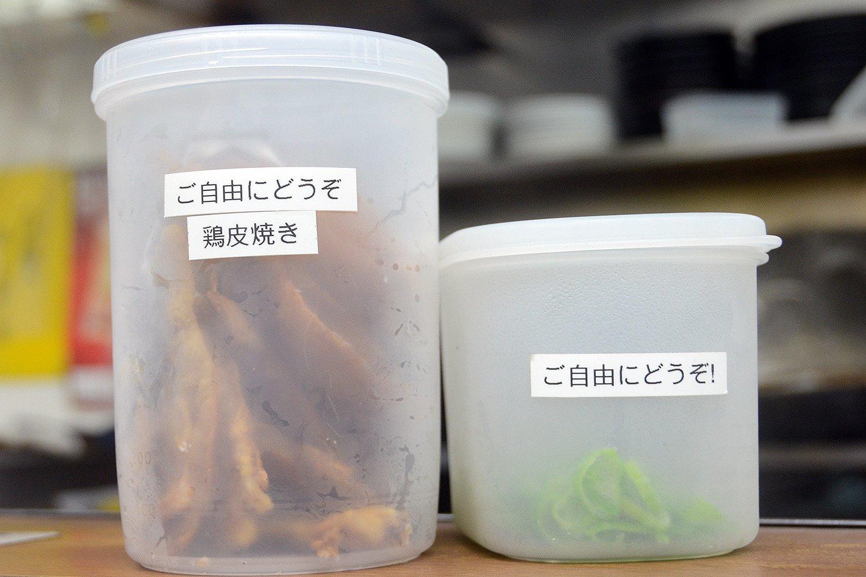 ネギの増量とおつまみに嬉しい鶏皮焼きはなんと無料サービスという太っ腹! 鶏皮のパリパリとした食感が病みつきになること必至。