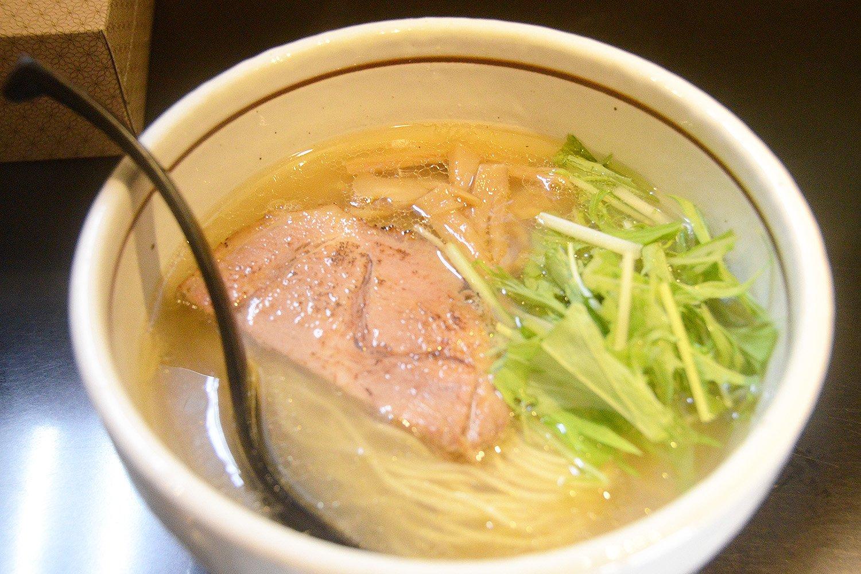 透き通ったスープが嬉しい塩らぁめん700円。