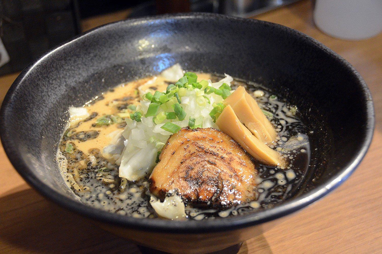 魚介豚骨スープと黒マー油が味の決め手になっている「黒龍」790円。