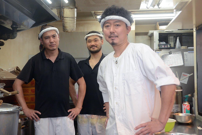 店主の松本龍二さん(右)とスタッフの皆さん。スープ作りは力仕事のため、3人でフル稼働して作っていく。