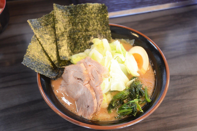 どんぶりからもスープの濃厚さがわかる特製ラーメン880円。