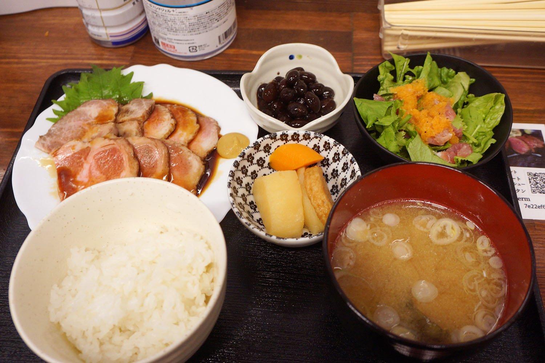 チャーシュー定食1000円。