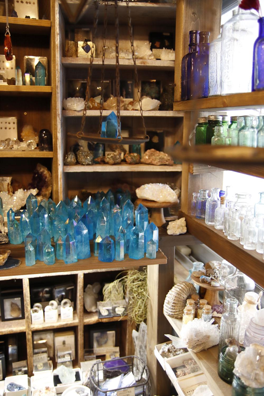 分室には天然石や古瓶を集めたコーナーも。