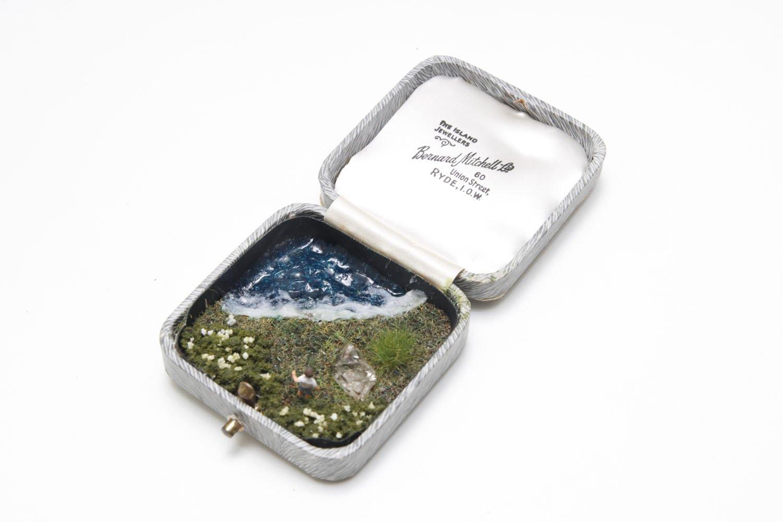 時計荘さんの鉱物ジオラマケース「きみの夢」1万5400円。鉱物とフィギュアを合わせたジオラマオブジェ作品。こちらは古いジュエリーケースとオイル入り水晶を使用。