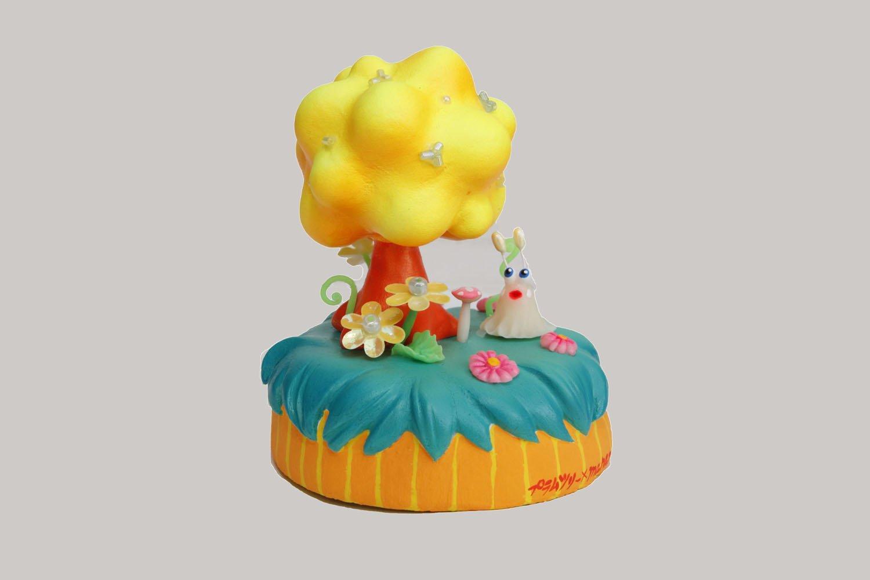 manamu×プラムツリーコラボフィギュア4000円。開店3周年記念に大阪のオブジェ作家が店のロゴイラストをイメージして樹脂粘土などで制作。ポップな色味!