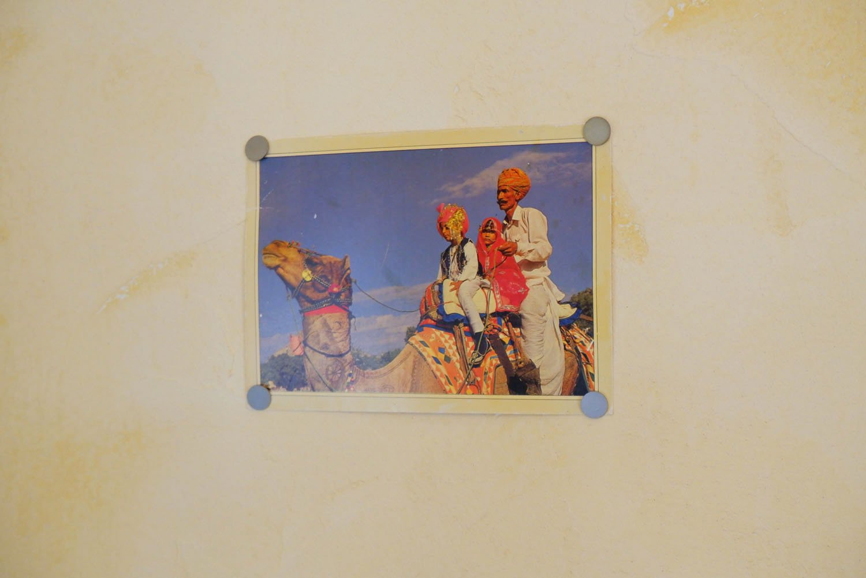 インドにまつわる飾りが壁のあちこちに。
