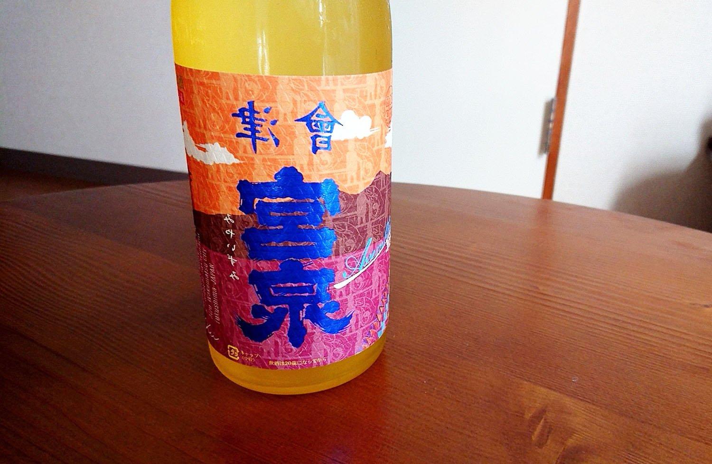 """ラベルが鏡文字になっているのは、この酒は蔵元が今まで造らなかった""""裏バージョン""""であり、日本酒業界の再起を願った造り手の思いである""""Reverse""""などを掛け合わせたことに由来する。"""