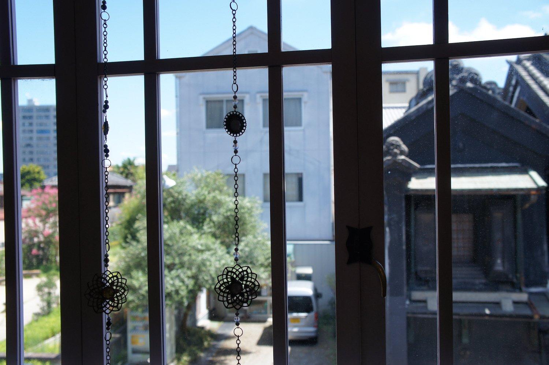 窓際の席からは蔵がちらりとのぞく。