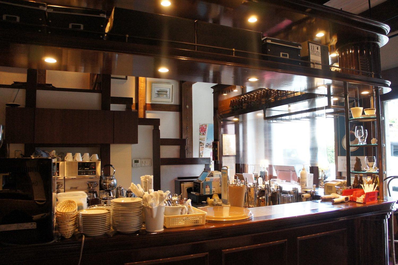 柔らかな光が降り注ぐバーカウンター。ここで丁寧にコーヒーを淹れている。