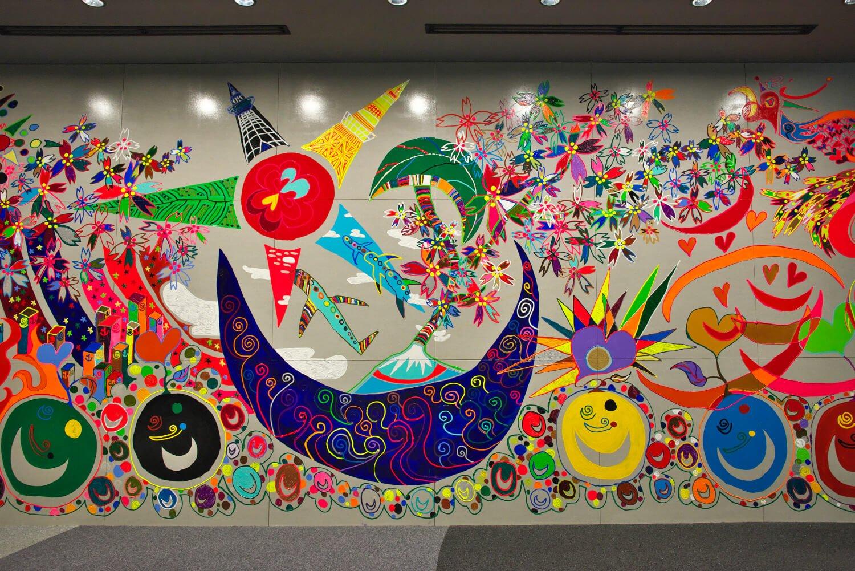 センター入り口の壁画はスペシャルサポーターの1人、香取慎吾さん作。