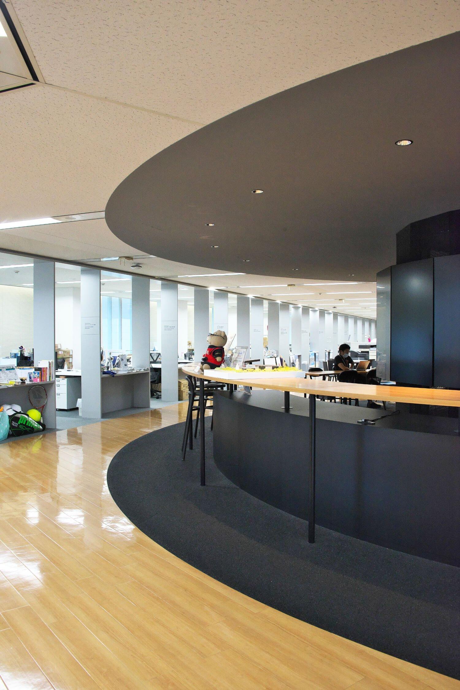 パラサポには、ミーティングスペースや各競技団体のオフィス、記者会見用ステージなどが。